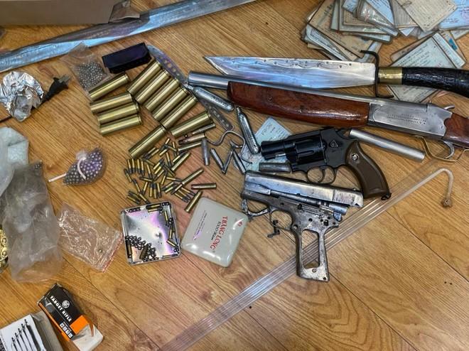 Hà Nội: Đột kích nhà đối tượng có tiền án về tội giết người, phát hiện ổ tàng trữ súng quân dụng, ma túy các loại ảnh 2