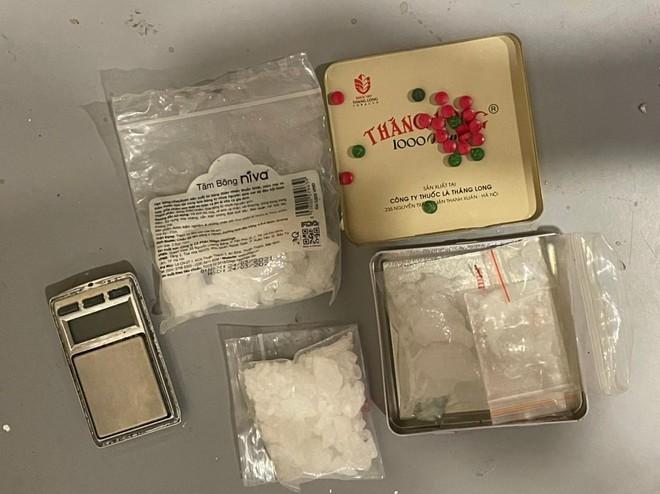 Hà Nội: Đột kích nhà đối tượng có tiền án về tội giết người, phát hiện ổ tàng trữ súng quân dụng, ma túy các loại ảnh 3