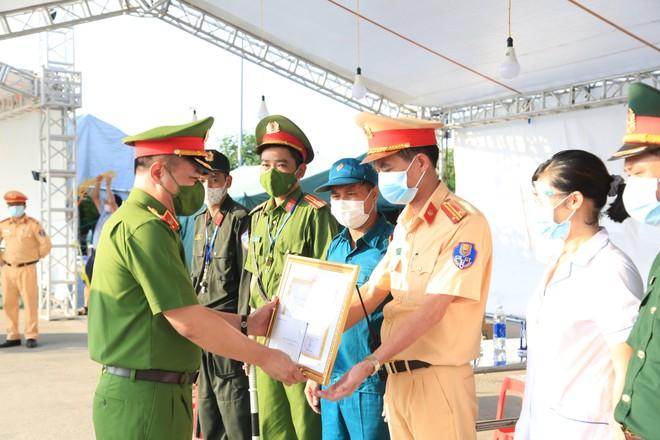 Trao bằng khen của Chủ tịch UBND thành phố Hà Nội tặng 2 chốt kiểm soát dịch bệnh ảnh 1