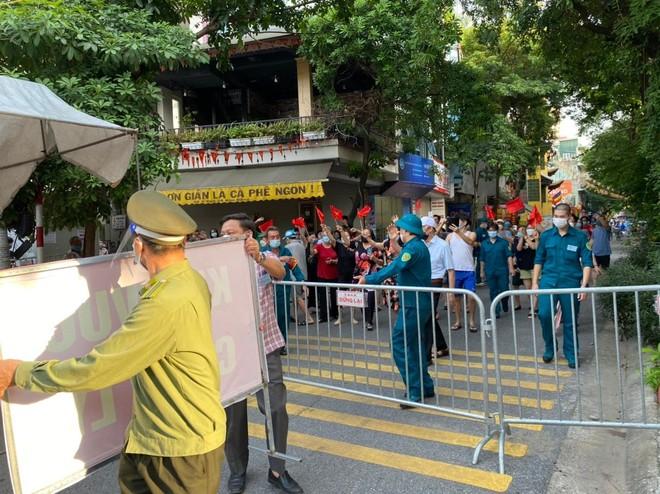 Hà Nội: Sau đỉnh điểm 53 ca F0, 1.903 công dân phường Giáp Bát vỡ òa vì kết thúc cách ly y tế ảnh 2