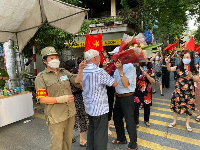 Hà Nội: Sau đỉnh điểm 53 ca F0, 1.903 công dân phường Giáp Bát vỡ òa vì kết thúc cách ly y tế ảnh 3