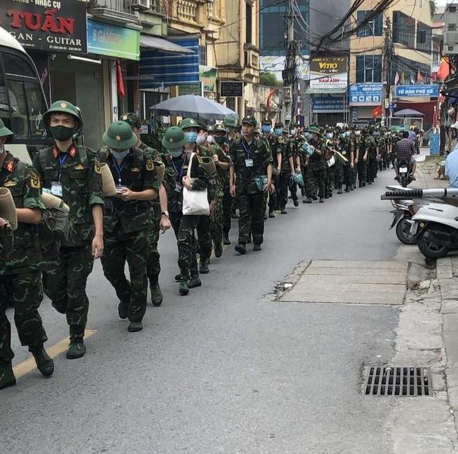 400 sinh viên Học viện Quân y hỗ trợ quận Hoàng Mai triển khai xét nghiệm diện rộng ảnh 1