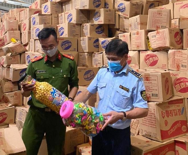 Hà Nội: Trước dịp Trung thu, chặn gần 10 tấn bánh kéo nhập lậu ảnh 1