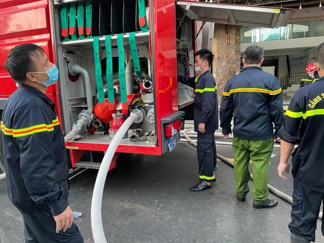 Hàng chục cán bộ, chiến sỹ cùng nhiều phương tiện chuyên dụng tham gia dập tắt đám cháy tại shop quần áo khu Ninh Hiệp ảnh 6