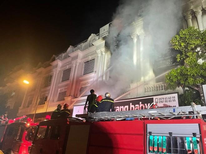 Hàng chục cán bộ, chiến sỹ cùng nhiều phương tiện chuyên dụng tham gia dập tắt đám cháy tại shop quần áo khu Ninh Hiệp ảnh 2