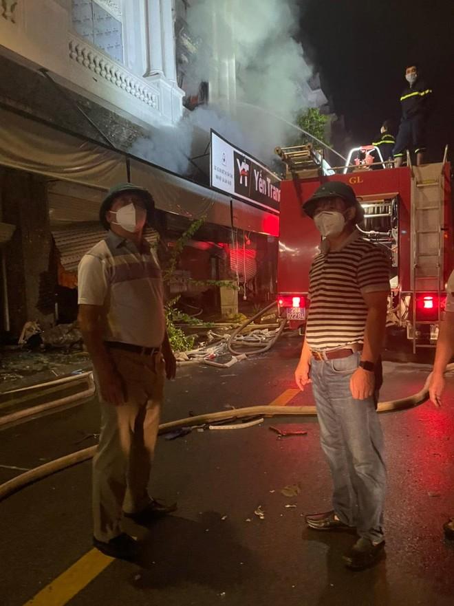 Hàng chục cán bộ, chiến sỹ cùng nhiều phương tiện chuyên dụng tham gia dập tắt đám cháy tại shop quần áo khu Ninh Hiệp ảnh 3
