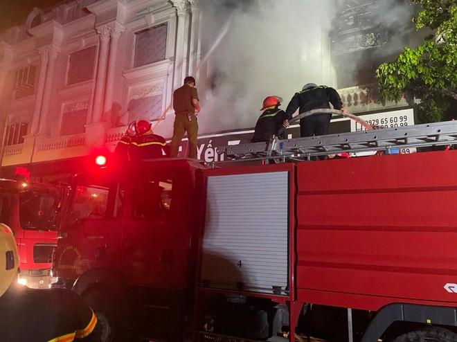 Hàng chục cán bộ, chiến sỹ cùng nhiều phương tiện chuyên dụng tham gia dập tắt đám cháy tại shop quần áo khu Ninh Hiệp ảnh 1