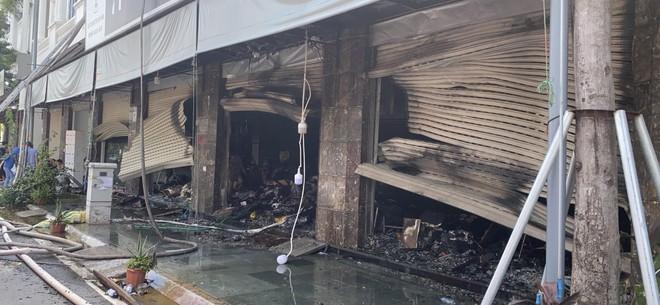 Hàng chục cán bộ, chiến sỹ cùng nhiều phương tiện chuyên dụng tham gia dập tắt đám cháy tại shop quần áo khu Ninh Hiệp ảnh 5