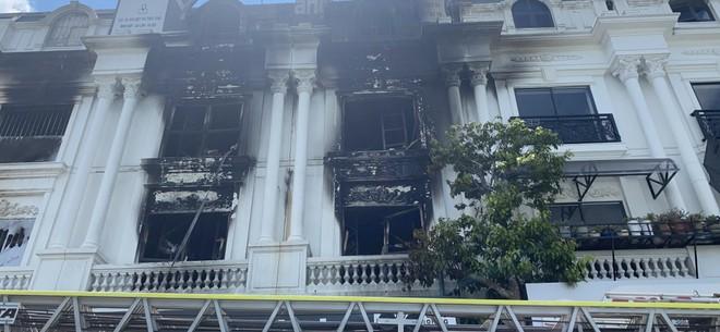 Hàng chục cán bộ, chiến sỹ cùng nhiều phương tiện chuyên dụng tham gia dập tắt đám cháy tại shop quần áo khu Ninh Hiệp ảnh 4