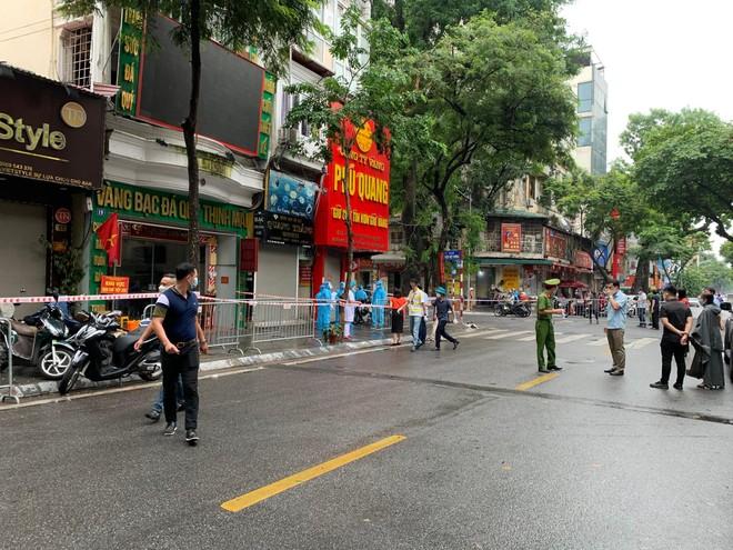 Hà Nội: Phong tỏa 3 hiệu vàng và 8 số nhà trên phố Trần Nhân Tông vì có trường hợp F0 ảnh 2