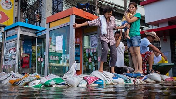 """Bangkok """"nín thở"""" theo đỉnh triều cường ảnh 1"""