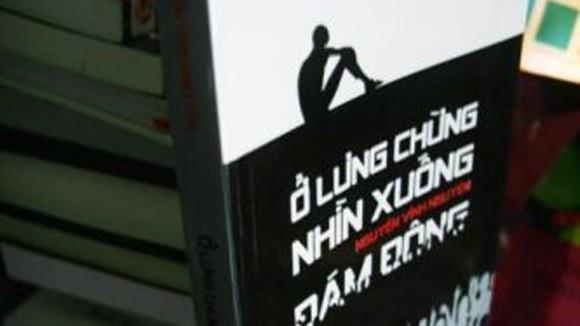 """Xung quanh cuốn sách """"Ở lưng chừng nhìn xuống đám đông"""": Kết luận là """"không dâm ô, đồi trụy"""" ảnh 1"""