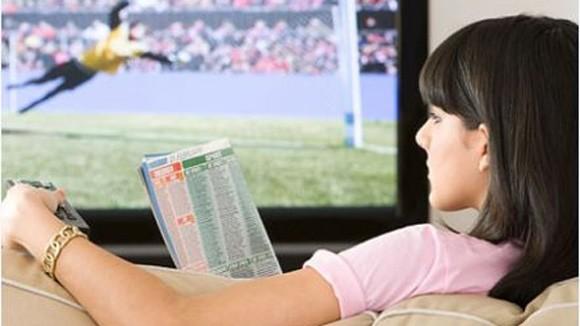 Phụ nữ xem TV nhiều, dễ bị loãng xương ảnh 1