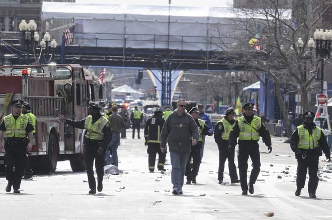Khủng bố đẫm máu tại giải marathon Boston, 130 người thương vong ảnh 8