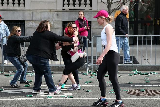 Khủng bố đẫm máu tại giải marathon Boston, 130 người thương vong ảnh 10