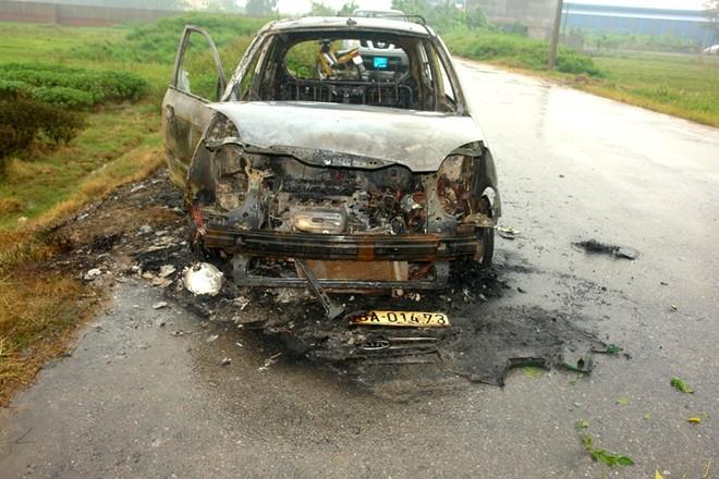 Cướp xong, lột quần áo, đốt xe taxi của nạn nhân ảnh 1