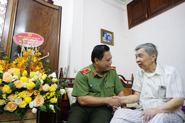 Thiếu tướng Nguyễn Hải Trung, Giám đốc Công an Hà Nội thăm hỏi chúc mừng nguyên lãnh đạo Công an Hà Nội ảnh 1