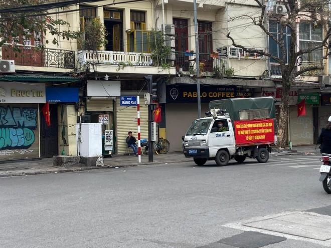 Hà Nội: Lực lượng Công an cơ sở triển khai tuyên truyền, nhắc nhở các hộ kinh doanh chấp hành yêu cầu phòng chống Covid, từ 0h ngày 16-2 ảnh 15