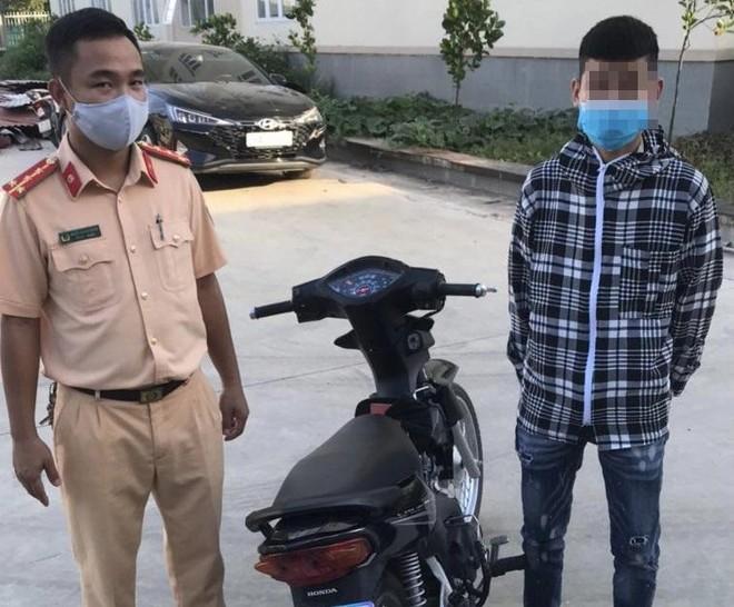 Nam thanh niên 'bốc đầu' xe máy bị phạt 4,25 triệu đồng ảnh 1