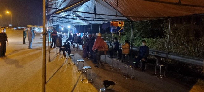 Công an Hà Nội phối hợp giúp đỡ hàng trăm người dân về quê sau dịch ảnh 1
