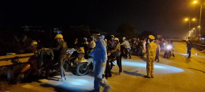 Công an Hà Nội phối hợp giúp đỡ hàng trăm người dân về quê sau dịch ảnh 2