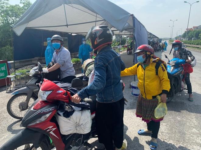 Công an Hà Nội phối hợp giúp đỡ hàng trăm người dân về quê sau dịch ảnh 3