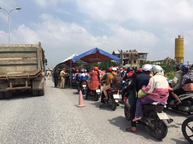 Công an Hà Nội phối hợp giúp đỡ hàng trăm người dân về quê sau dịch ảnh 5