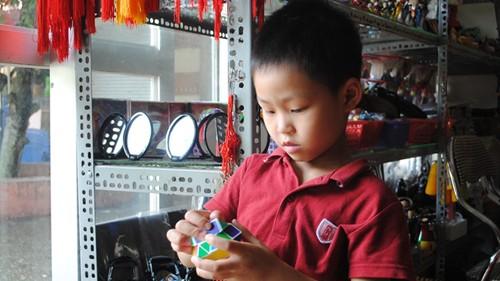 Xem bé trai 5 tuổi tự giải Rubic 14 mặt siêu đẳng