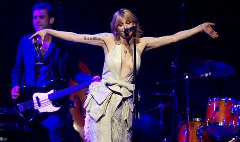 Courtney lột áo, khoe ngực trần ngay trên sân khấu ảnh 1