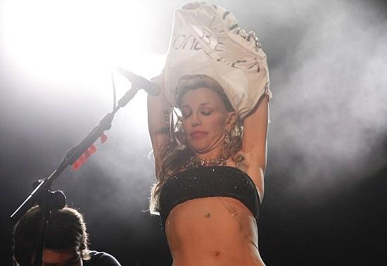 Courtney lột áo, khoe ngực trần ngay trên sân khấu ảnh 3