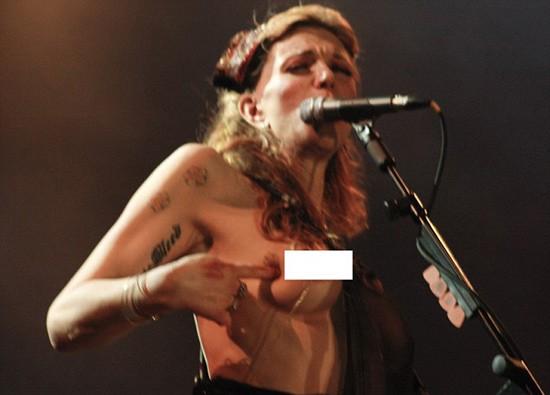 Courtney lột áo, khoe ngực trần ngay trên sân khấu ảnh 4
