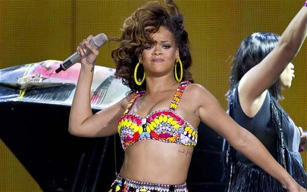 """Rihanna tự tin """"quậy tung sân khấu"""" với... bikini cũ"""