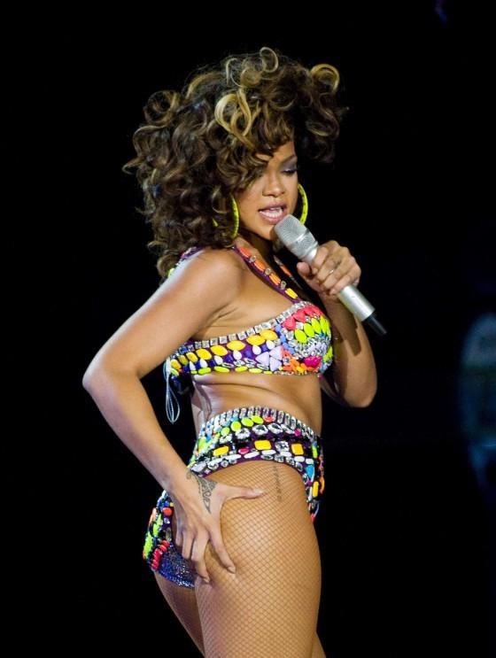 """Rihanna tự tin """"quậy tung sân khấu"""" với... bikini cũ ảnh 1"""