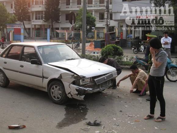 """Đang rửa xe bị """"xe điên"""" tông lao vào gốc cây ảnh 2"""