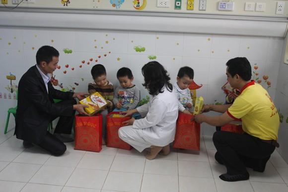 Bệnh nhi đón tết trong bệnh viện: Không cô đơn! ảnh 1