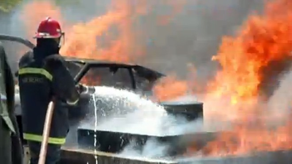 Xem Cảnh sát nước ngoài chữa cháy bồn xăng dầu... dễ ợt! ảnh 1