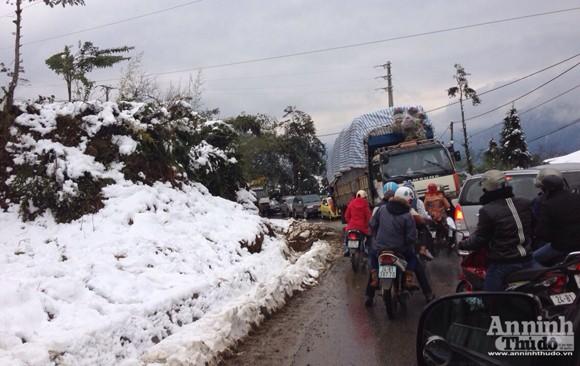 Sa Pa: Tuyết dày 50cm, nhiều vụ tai nạn giao thông do trơn trượt ảnh 13