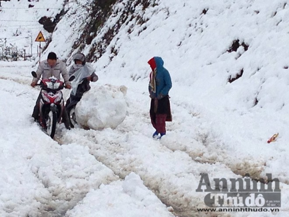 Sa Pa: Tuyết dày 50cm, nhiều vụ tai nạn giao thông do trơn trượt ảnh 3