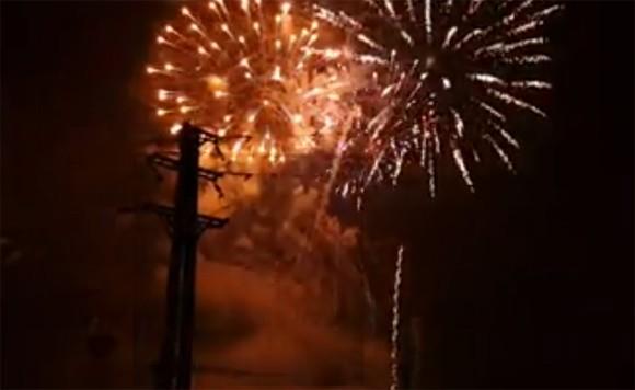 Rộn ràng niềm vui trong ánh sáng rực rỡ của pháo hoa đêm giao thừa ảnh 34