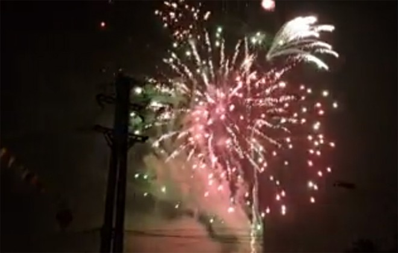 Rộn ràng niềm vui trong ánh sáng rực rỡ của pháo hoa đêm giao thừa ảnh 35