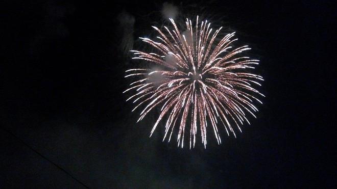 Rộn ràng niềm vui trong ánh sáng rực rỡ của pháo hoa đêm giao thừa ảnh 3