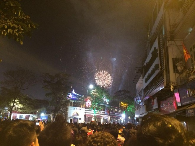 Rộn ràng niềm vui trong ánh sáng rực rỡ của pháo hoa đêm giao thừa ảnh 1