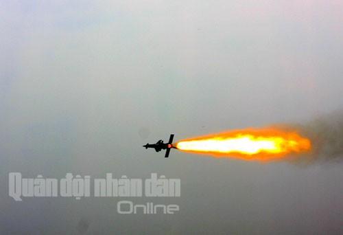 Bắn nghiệm thu tên lửa cải tiến: Tên lửa xé trời tìm diệt mục tiêu ảnh 13