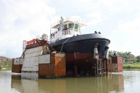 Hạ thủy thành công tàu kéo xuất khẩu có tuyến hình phức tạp ảnh 1