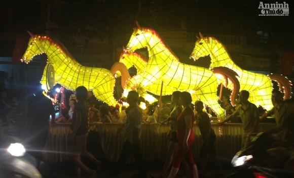 Rực rỡ sắc màu lễ hội Trung thu đường phố Tuyên Quang 2014 ảnh 8