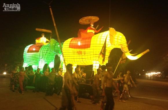 Rực rỡ sắc màu lễ hội Trung thu đường phố Tuyên Quang 2014 ảnh 10