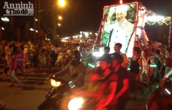 Rực rỡ sắc màu lễ hội Trung thu đường phố Tuyên Quang 2014 ảnh 1