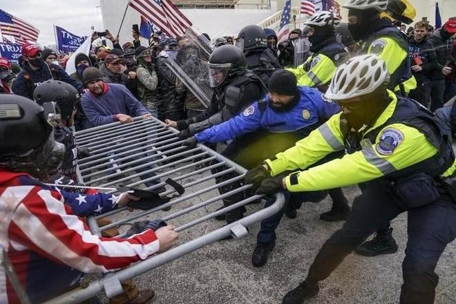 Hỗn loạn tại Mỹ, người ủng hộ Trump xông vào tòa quốc hội, một người bị bắn chết ảnh 1