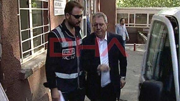 Chủ tịch CLB Fenerbahce Aziz Yildirim (phải) bị cảnh sát bắt giữ - Ảnh: DHA