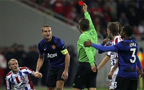 """Đội trưởng MU bị UEFA """"trảm"""""""
